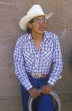 Retrato do vaqueiro do Latino com laço, rodeio indiano cerimonial intertribal, Gallup nanômetro imagens de stock
