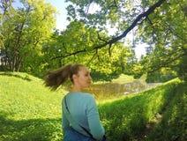 Retrato do verão da mulher atrativa nova foto de stock