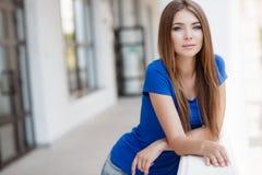 Retrato do verão de uma mulher bonita Fotos de Stock