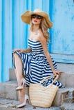 Retrato do verão de uma mulher em um chapéu de palha Fotografia de Stock