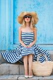Retrato do verão de uma mulher em um chapéu de palha Foto de Stock