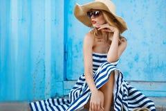 Retrato do verão de uma mulher em um chapéu de palha Fotografia de Stock Royalty Free