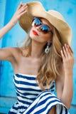 Retrato do verão de uma mulher em um chapéu de palha Fotos de Stock Royalty Free
