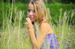 Retrato do verão de uma mulher loura foto de stock