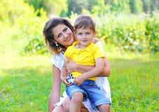 Retrato do verão do filho feliz da mãe e da criança junto Imagens de Stock Royalty Free