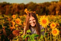 Retrato do ver?o Menina alegre feliz com girassol que aprecia a natureza e o riso imagem de stock royalty free