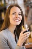 Retrato do vinho tinto bebendo da jovem mulher bonita no restaurante Fotografia de Stock Royalty Free