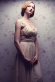 Retrato do vintage de glamoroso boneca-como o levantamento retro da menina Foto de Stock Royalty Free