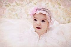 Retrato do vintage do bebé recém-nascido no chapéu cor-de-rosa imagem de stock royalty free