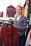 Retrato do voluntário que trabalha na loja da caridade Foto de Stock