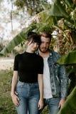 Retrato dois do adulto novo bonito caucasiano moderno bonito Guy Boyfriend Lady Girlfriend Couple que abraça e que beija no amor  foto de stock royalty free