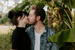 Retrato dois do adulto novo bonito caucasiano moderno bonito Guy Boyfriend Lady Girlfriend Couple que abraça e que beija no amor  fotos de stock royalty free