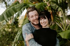 Retrato dois do adulto novo bonito caucasiano moderno bonito Guy Boyfriend Lady Girlfriend Couple que abraça e que beija no amor  imagens de stock royalty free