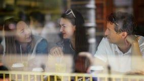 Retrato dos amigos felizes engraçados que bebem e que têm uma boa estadia na tabela de jantar no café com cocktail Homem consider vídeos de arquivo