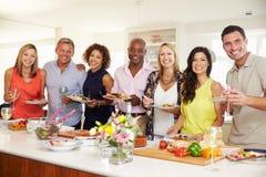Retrato dos amigos maduros que apreciam o partido de jantar em casa foto de stock royalty free