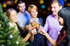 Retrato dos amigos que comemoram o ano novo Imagem de Stock