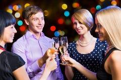 Retrato dos amigos que comemoram o ano novo Fotos de Stock Royalty Free