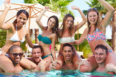 Retrato dos amigos que têm o partido na piscina Fotografia de Stock Royalty Free