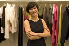 Retrato dos braços eretos do desenhador de moda fêmea feliz cruzados imagens de stock royalty free