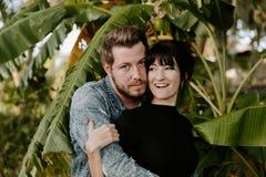 Retrato dos del adulto joven hermoso caucásico moderno lindo Guy Boyfriend Lady Girlfriend Couple que abraza y que se besa en amo foto de archivo