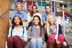 Retrato dos estudantes da High School que sentam-se fora da construção fotografia de stock royalty free