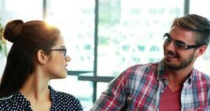 Retrato dos executivos masculinos e fêmeas que interagem um com o otro