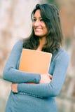 Retrato dos jovens, estudante de mulher no parque imagens de stock royalty free