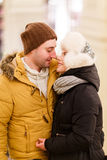 Retrato dos jovens que abraçam pares Imagens de Stock Royalty Free