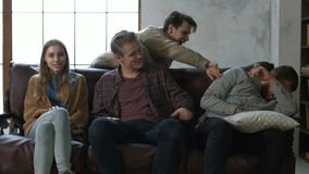 Retrato dos melhores amigos novos que sentam-se no sofá vídeos de arquivo