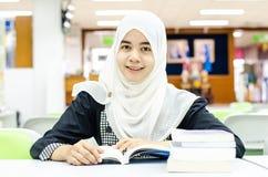 Retrato dos muçulmanos na biblioteca Imagem de Stock Royalty Free