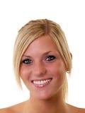 Retrato dos olhos azuis louros novos de sorriso da mulher fotografia de stock royalty free