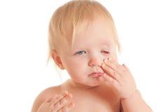 Retrato dos olhos tocantes de assento novos tired do bebê Imagem de Stock Royalty Free