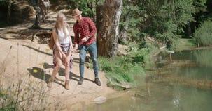 Retrato dos pares caucasianos bonitos que passam o tempo em uma floresta durante o dia ensolarado vídeos de arquivo