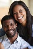 Retrato dos pares de amor de sorriso que abraçam em casa fotografia de stock