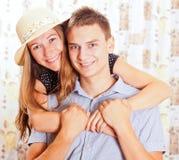 Retrato dos pares de sorriso felizes novos Fotografia de Stock