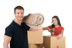 Retrato dos pares de sorriso que movem-se para o apartamento novo Foto de Stock Royalty Free