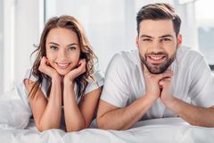 retrato dos pares de sorriso que olham a câmera ao descansar fotos de stock royalty free
