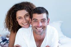 Retrato dos pares felizes que encontram-se na cama foto de stock royalty free
