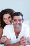Retrato dos pares felizes que encontram-se na cama fotografia de stock