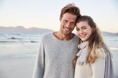 Retrato dos pares loving que andam ao longo da praia do inverno junto fotografia de stock royalty free