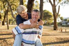 Retrato dos pares maduros bonitos e felizes superiores americanos AR Imagem de Stock