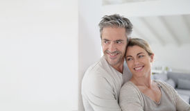 Retrato dos pares maduros que abraçam em casa Fotografia de Stock