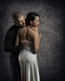 Retrato dos pares, mulher no amor, menina elegante de abraço do homem do menino Fotos de Stock Royalty Free