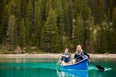 Retrato dos pares na canoa Fotos de Stock