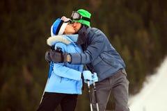 Retrato dos pares no beijo dos esquiadores Fotografia de Stock