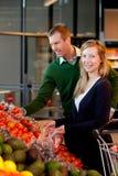 Retrato dos pares no supermercado imagens de stock