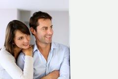 Retrato dos pares que olham afastado Imagens de Stock