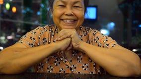Retrato dos povos asiáticos idosos, mulher superior feliz de Ásia com o cabelo branco que olha a câmera e o sorriso video estoque