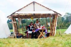 Retrato dos povos nos trajes históricos que sentam-se na tabela Imagem de Stock Royalty Free