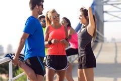 Retrato dos povos running que fazem o esticão no parque Foto de Stock